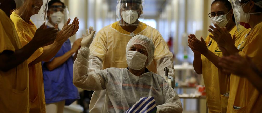 Lauro Riff Viegas, de 69 años, hace un gesto al salir del Hospital Nossa Senhora da Conceicao, después de haber sido tratado por la enfermedad coronavirus (COVID-19) y dado de alta, en Porto Alegre, Brasil, el 27 de abril de 2020.