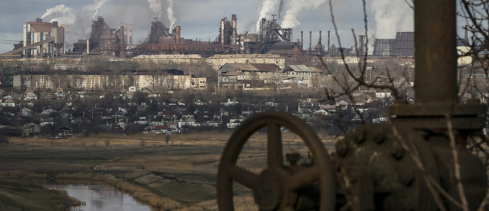 Smoke billows from the chimneys of the Ilycha steelworks in the industrial city of Mariupol in eastern Ukraine February 3, 2015. REUTERS/Gleb Garanich  (UKRAINE - Tags: BUSINESS TPX IMAGES OF THE DAY) - GM1EB231RRL01