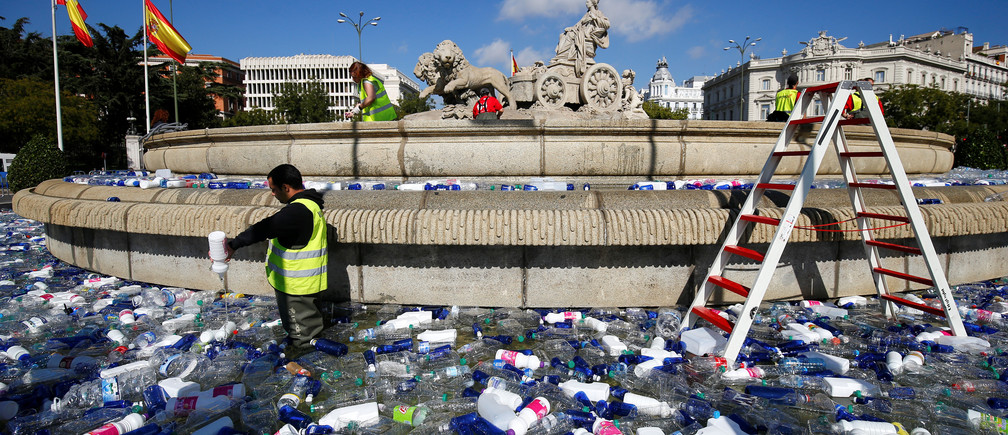 The landmark Cibeles fountain is filled with plastic bottles for an illuminated artistic installation,  one of various installations which are being installed in monuments throughout the city to encourage people to spend time outdoors and enjoy autumn night walks in Madrid, Spain October 20, 2017.   REUTERS/Paul Hanna - RC1F4DF3D4B0