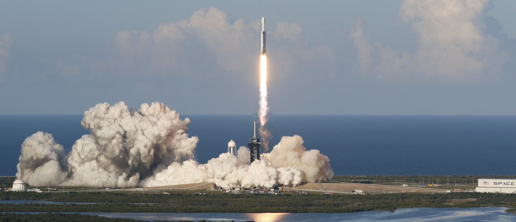 A SpaceX Falcon Heavy rocket, carrying the Arabsat 6A communications satellite, lifts off from the Kennedy Space Center in Cape Canaveral, Florida, U.S., April 11, 2019. REUTERS/Joe Skipper - HP1EF4B1TM2WK