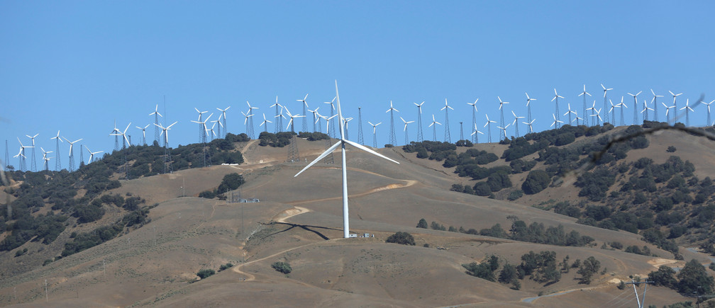 A GE 1.6-100 wind turbine (front C) is pictured at a wind farm in Tehachapi, California June 19, 2013.    REUTERS/Mario Anzuoni/File photo - RTX2UW2O
