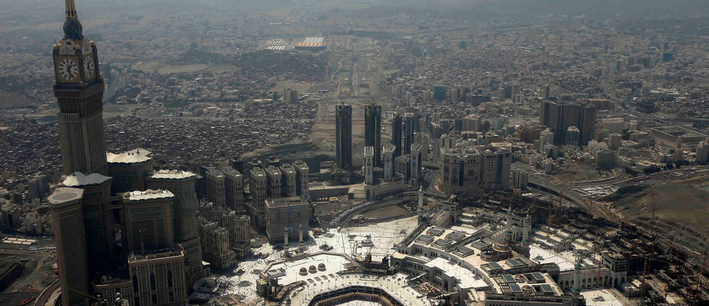 General view from a plane window shows muslims as they pray at the Grand mosque during the annual Haj pilgrimage, in Mecca, Saudi Arabia September 2, 2017. REUTERS/Suhaib Salem - RC1328550010