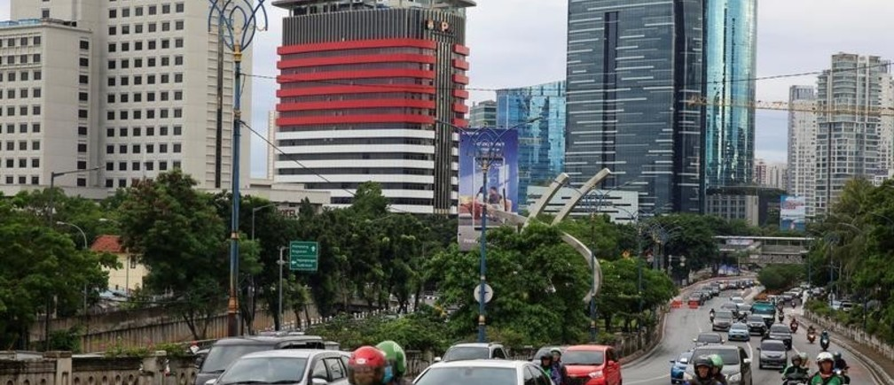 Traffic is seen at the Kuningan business district in Jakarta, Indonesia, December 21, 2017. REUTERS/Beawiharta - RC1B27FE91A0
