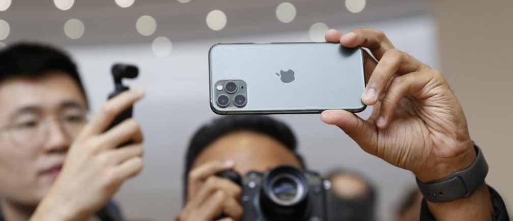 People take photos of the new iPhone 11 Pro in the demonstration room at an Apple event at their headquarters in Cupertino, California, U.S. September 10, 2019. REUTERS/Stephen Lam - HP1EF9A1ISI1G