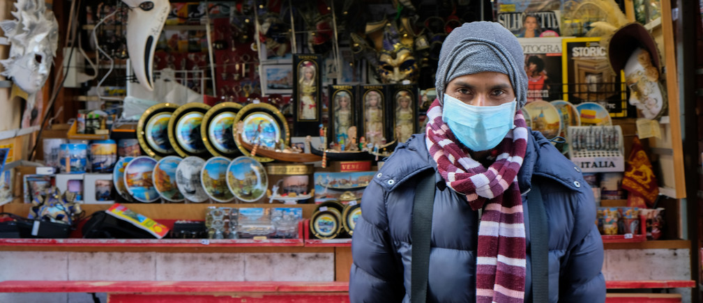 A man wearing a protective mask in Venice on the third day of an unprecedented lockdown across all of Italy imposed to slow the outbreak of coronavirus in Venice, Italy, March 12, 2020. REUTERS/Manuel Silvestri - RC2DIF9H1EFL