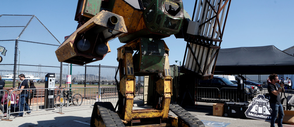 MegaBot's Mr.II robot is displayed during 2016 TechCrunch Disrupt in San Francisco, California, U.S. September 14, 2016.  REUTERS/Beck Diefenbach - RTSNSBE