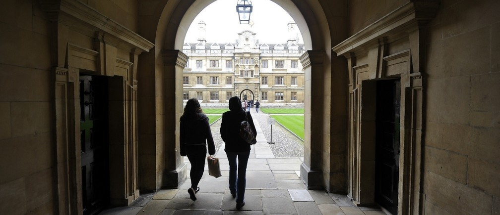 People walk into the quadrant of Clare College at Cambridge University in eastern England October 23, 2010.   REUTERS/Paul Hackett   (BRITAIN - Tags: EDUCATION) - RTXTSGK