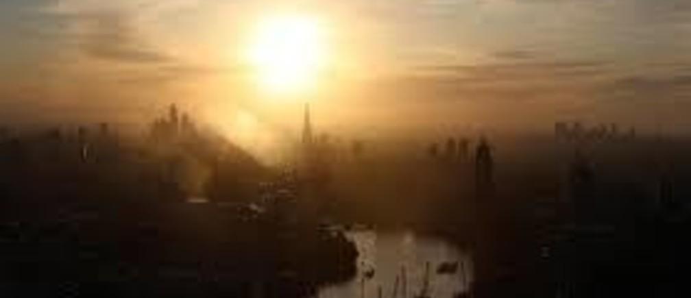8月7日、MCPチーフストラテジストの嶋津洋樹氏は、デフレ的な世界が終わりに近づいているものの、それはハッピー・エンドではない可能性があると指摘。写真は飛行する気球から見たロンドン市街。2019年6月撮影(2019年  ロイター/Simon Dawson)