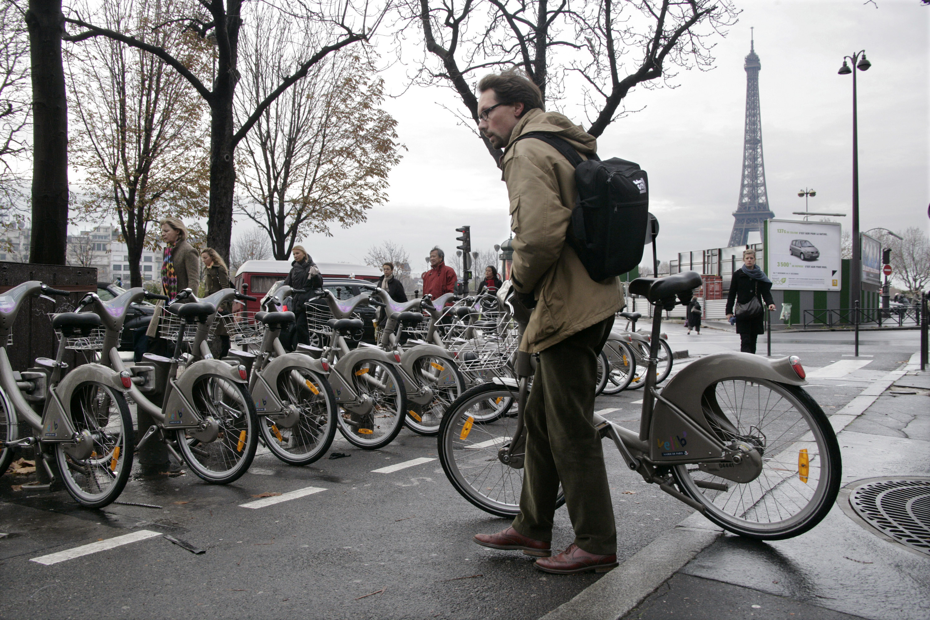 A Paris commuter checks a Velib self-service public bicycle into a distribution point during a continuing transport strike against pension reforms, November 20, 2007. Nationwide protests over issues ranging from pension reform to the cost of living disrupted schools, trains, postal services and airports. They are the biggest threat to Sarkozy's planned reforms since he was elected president in May.   REUTERS/Mal Langsdon (FRANCE) - GM1DWQFWUDAA