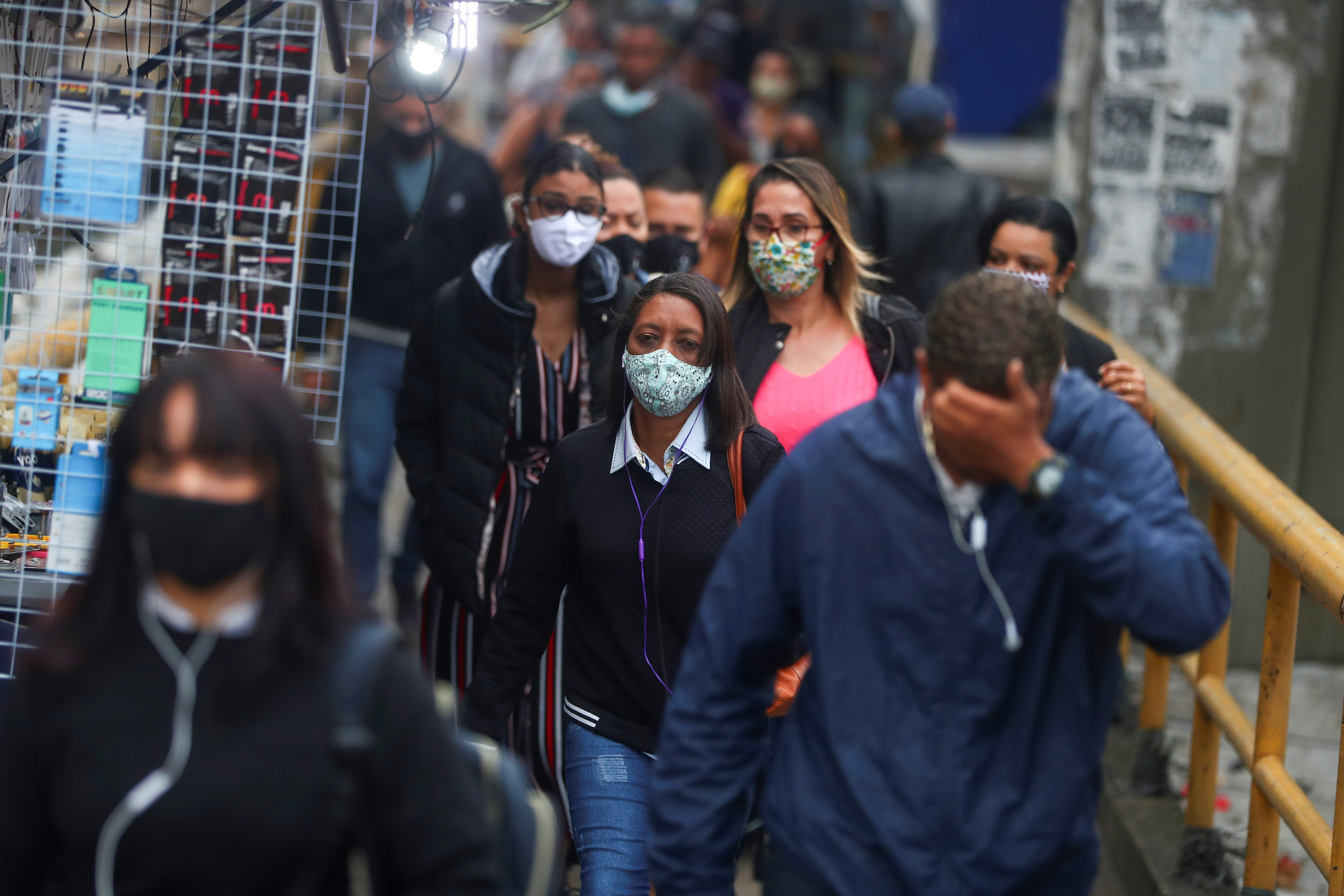 Commuters walk towards to a metro station, amid the coronavirus disease (COVID-19) outbreak, in Rio de Janeiro, Brazil July 16, 2020. REUTERS/Pilar Olivares - RC2FUH953X6X