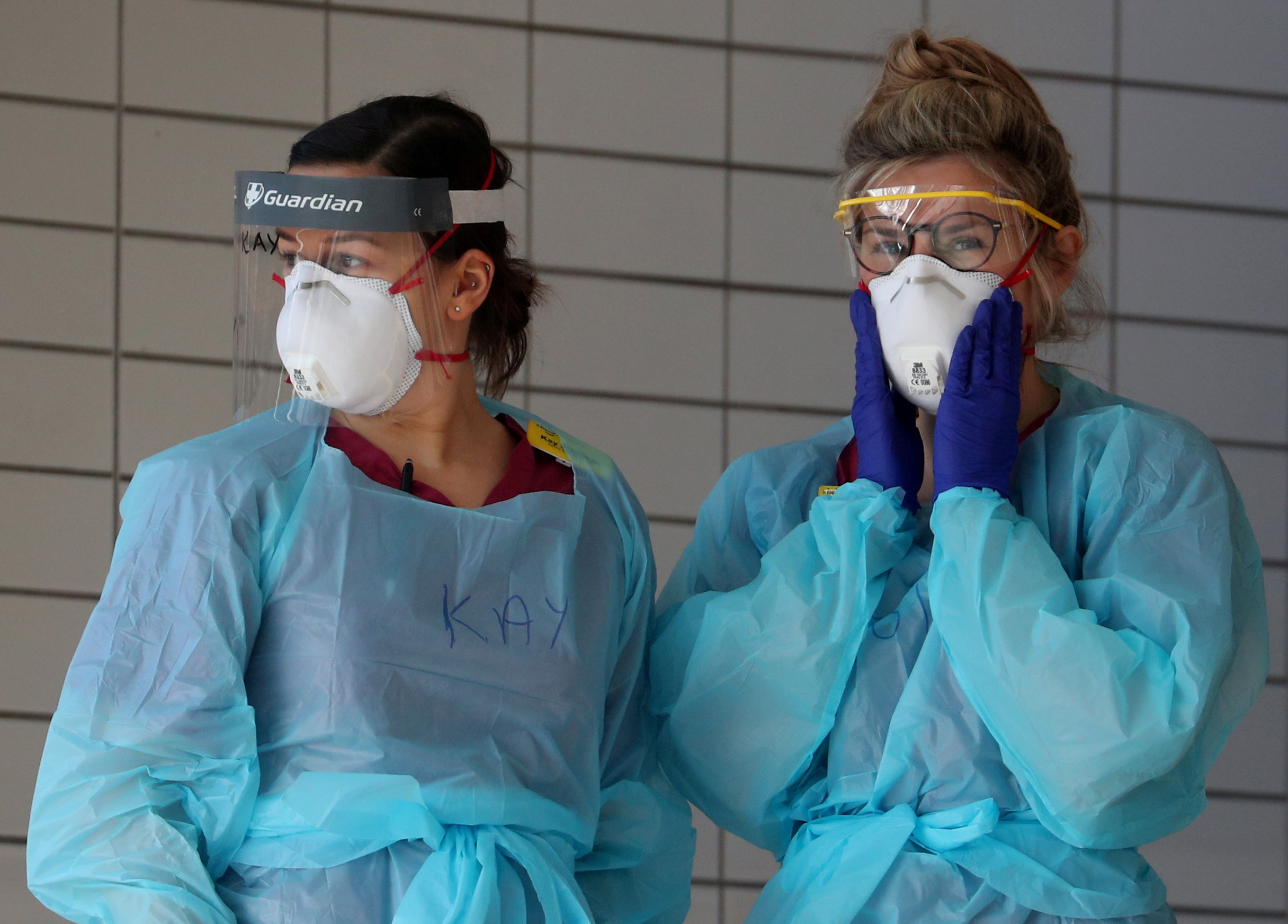 Medical staff wearing protective clothing at St Thomas' hospital as the spread of the coronavirus disease (COVID-19) continues, London, Britain, March 31, 2020. REUTERS/Hannah McKay     TPX IMAGES OF THE DAY - RC2WUF9E7Q01