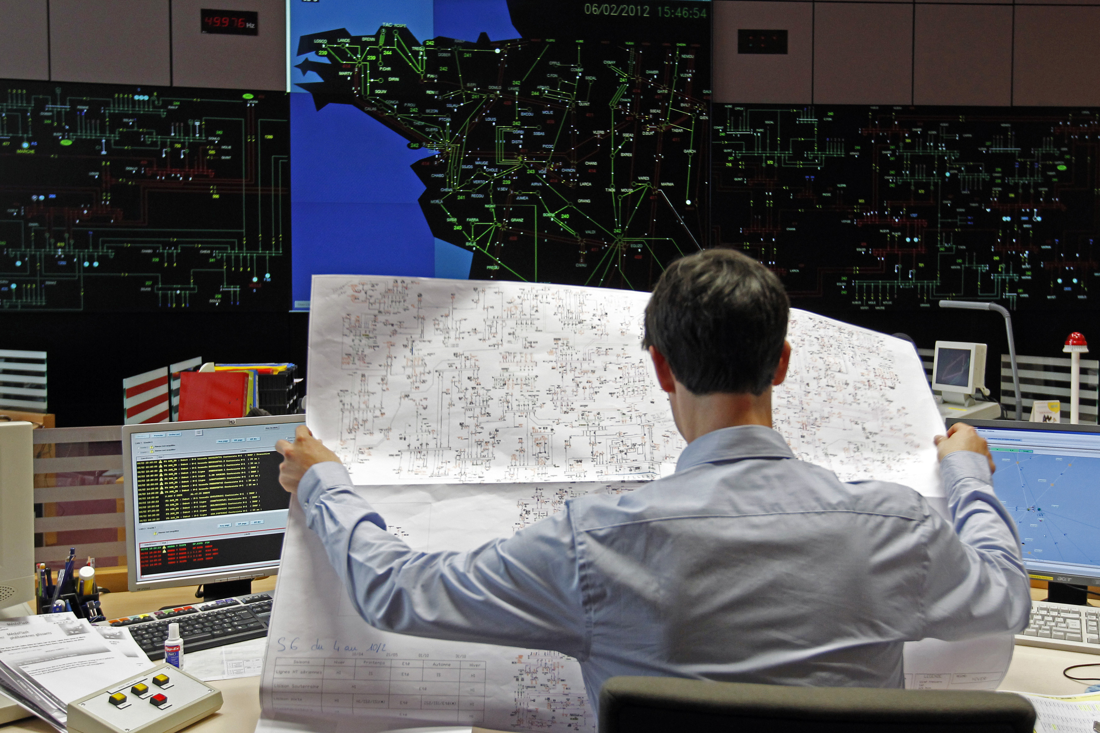 A technician hold a chart as he monitors electricity consumption at the French power grid RTE (Electricity Transport Network) in La Chapelle sur Erdre, near Nantes, western France, February 6, 2012. French power grid RTE predicts consumption in France will reach a new time high of 97,700 megawatts (MW) at 1800 GMT on  Monday before rising to 98,000 MW on Tuesday.  REUTERS/Stephane Mahe (FRANCE - Tags: ENVIRONMENT) - PM1E8261ABJ01