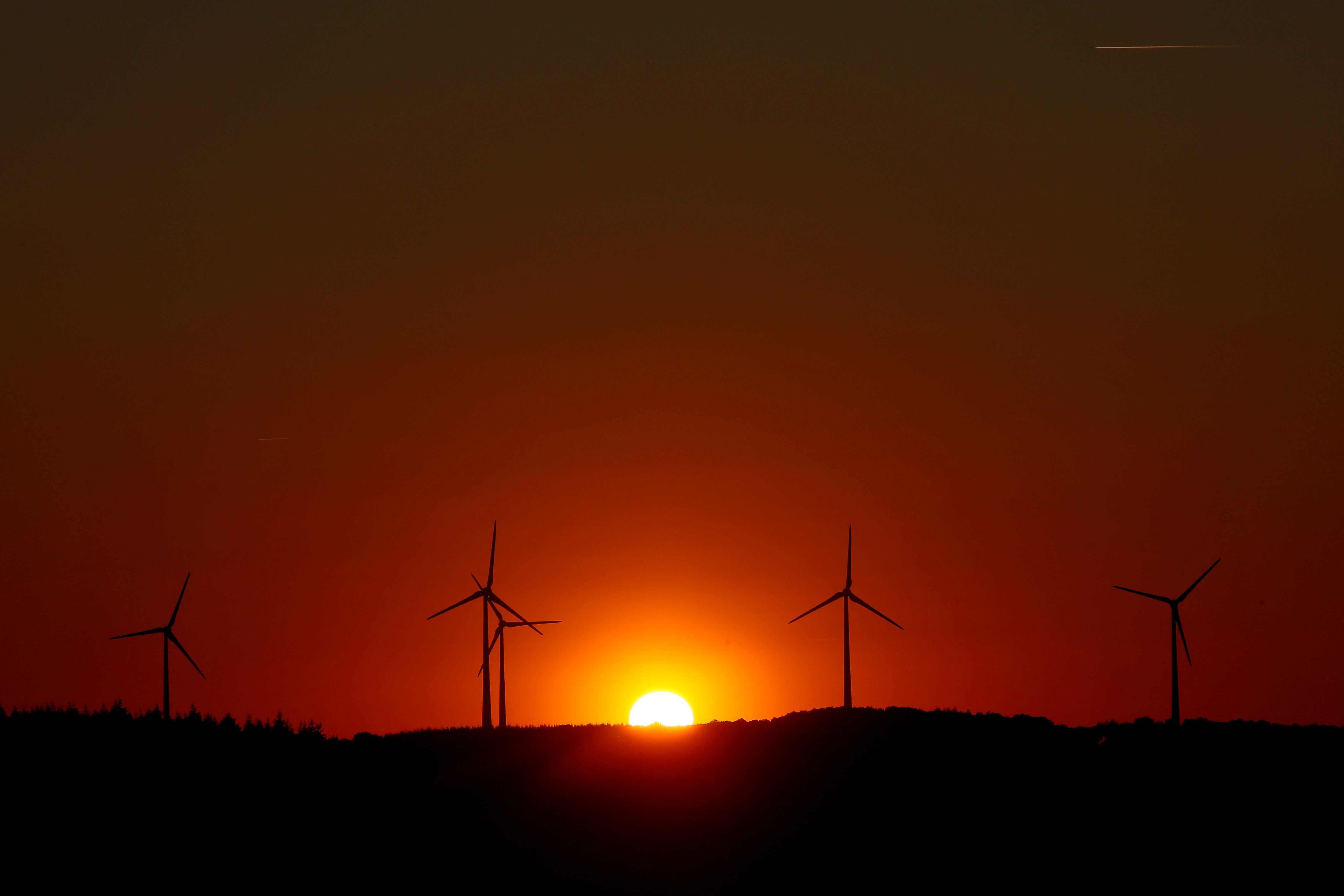 Power-generating windmill turbines are pictured during sunset at a wind park in Campeneac, France, September 3, 2019. REUTERS/Gonzalo Fuentes     TPX IMAGES OF THE DAY - RC1D931060B0