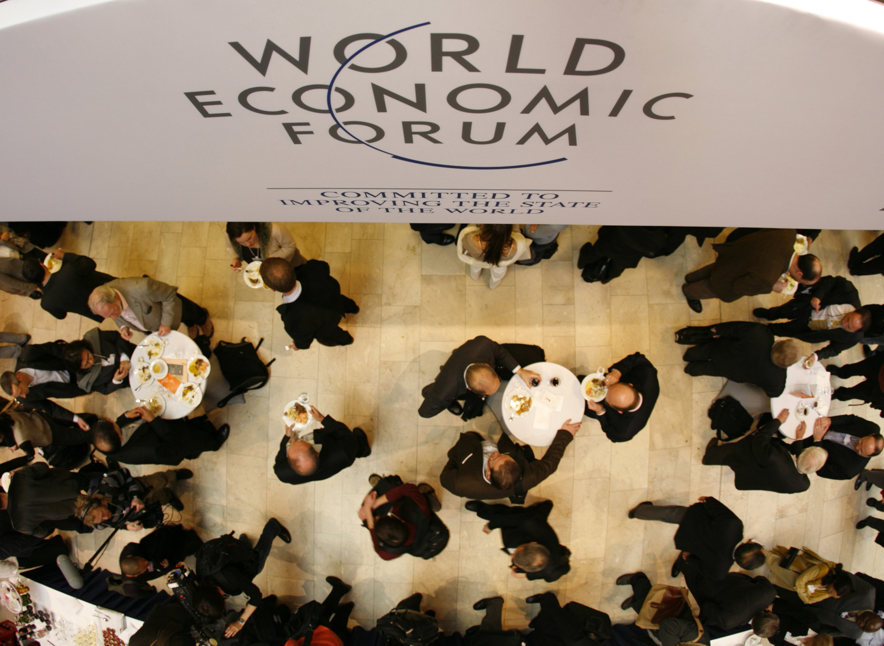 Attendees of the World Economic Forum (WEF) are seen from above in the main hall of the congress centre in the Swiss Alpine resort town of Davos January 23, 2008. This year's annual meeting of some 2,500 political, business and cultural leaders will address the forum's overall theme 'The Power of Collaborative Innovation'.        REUTERS/Denis Balibouse   (SWITZERLAND) - GM1DXCIZBPAA