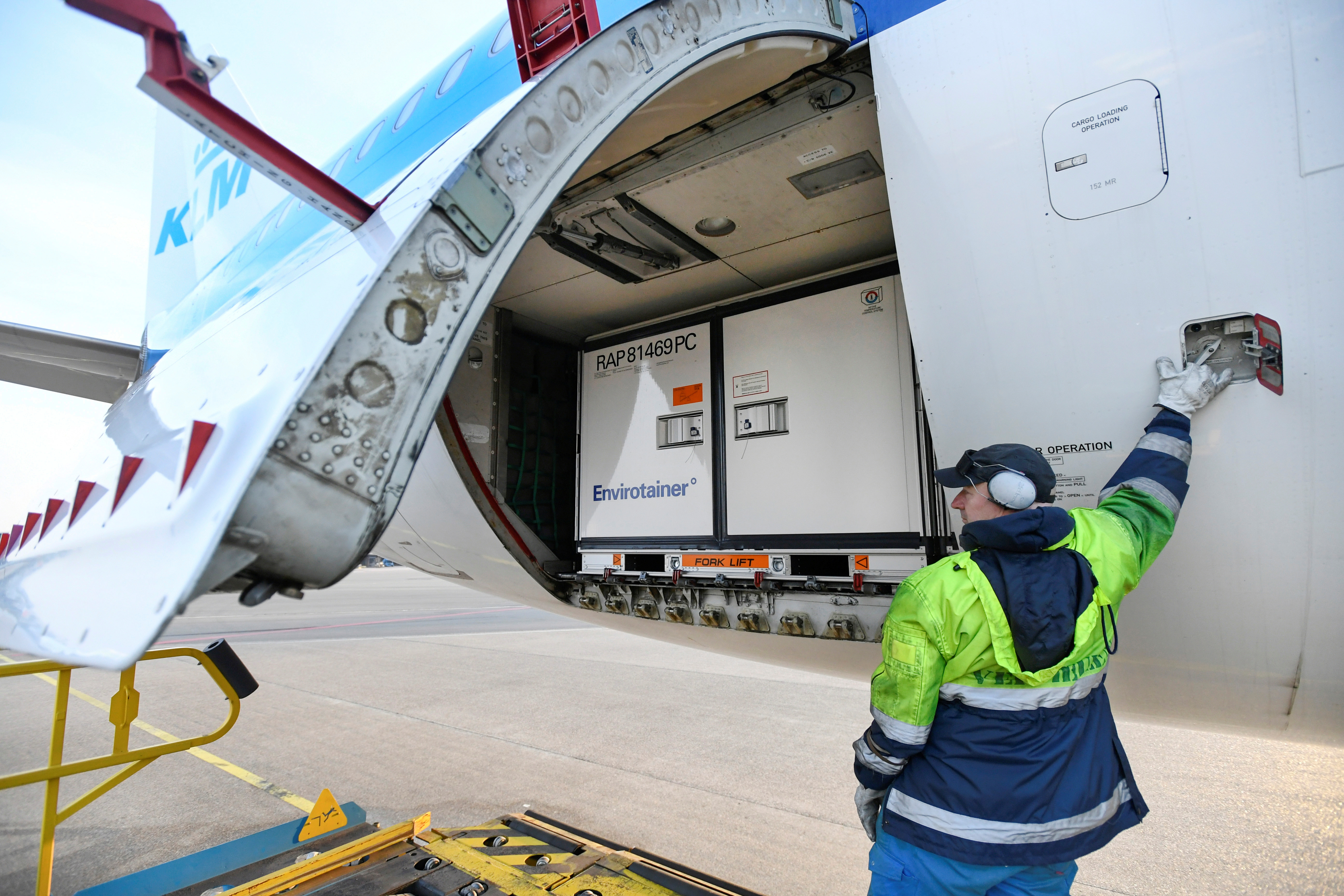 Cool boxes are loaded as Air France-KLM's cargo operations prepare a massive logistical operation to distribute new COVID-19 vaccines, Amsterdam's Schiphol Airport, Netherlands, November 25, 2020. Photo: REUTERS/Piroschka van de Wouw