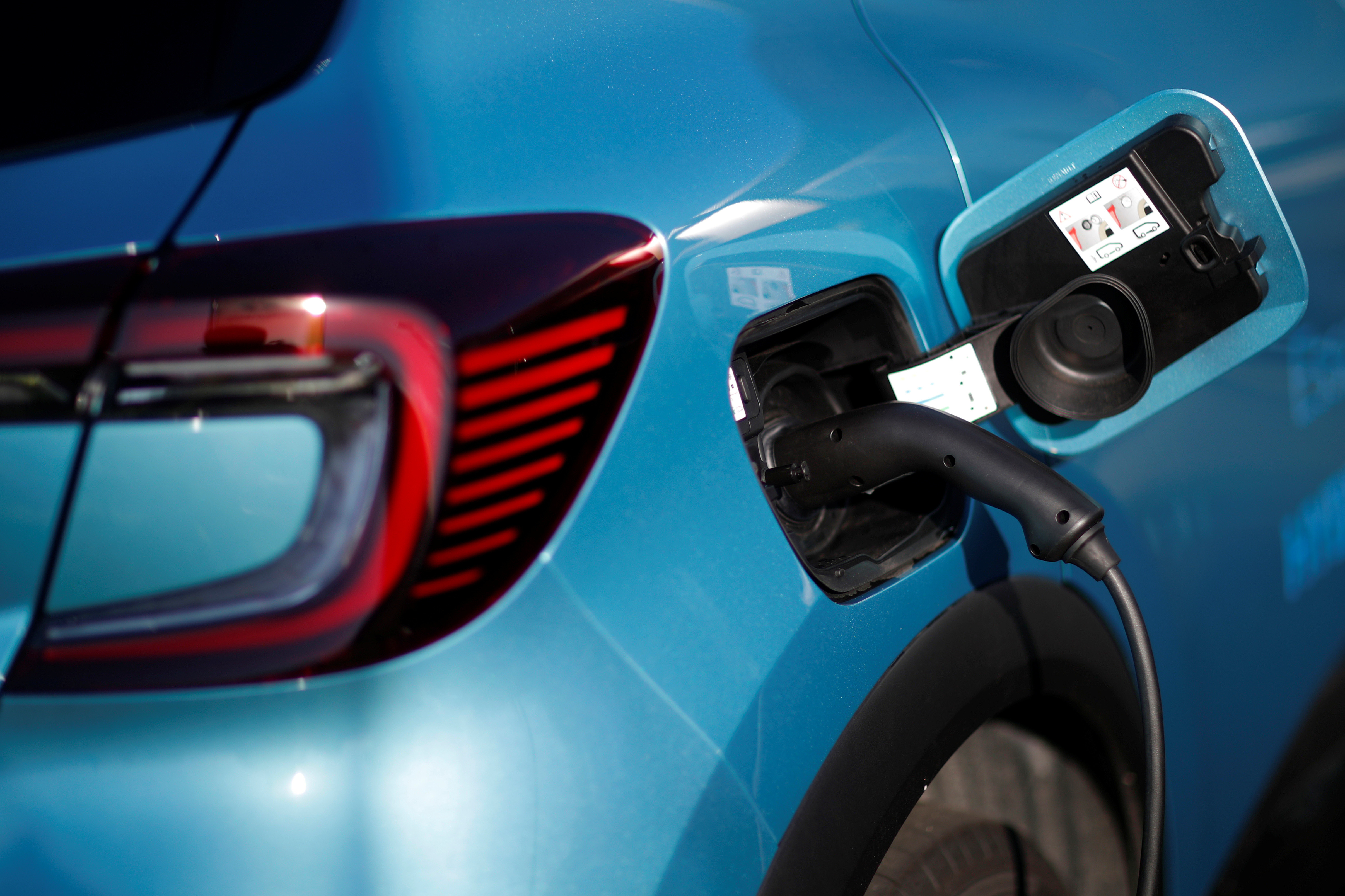 A Renault Captur hybrid car is seen connected to a charging point at a dealership in Les Sorinieres, near Nantes, France, October 23, 2020. Picture taken October 23, 2020.  REUTERS/Stephane Mahe - RC2UUJ9A0IG6