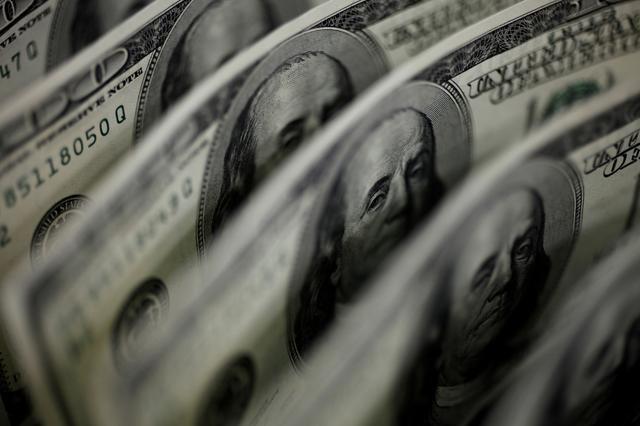 地球規模で石油から再生可能エネルギーへの転換が進んでいけば、世界各国が外貨準備として蓄えるべきドルの額が減るはずだ。写真はドル紙幣。2011年8月、都内で撮影