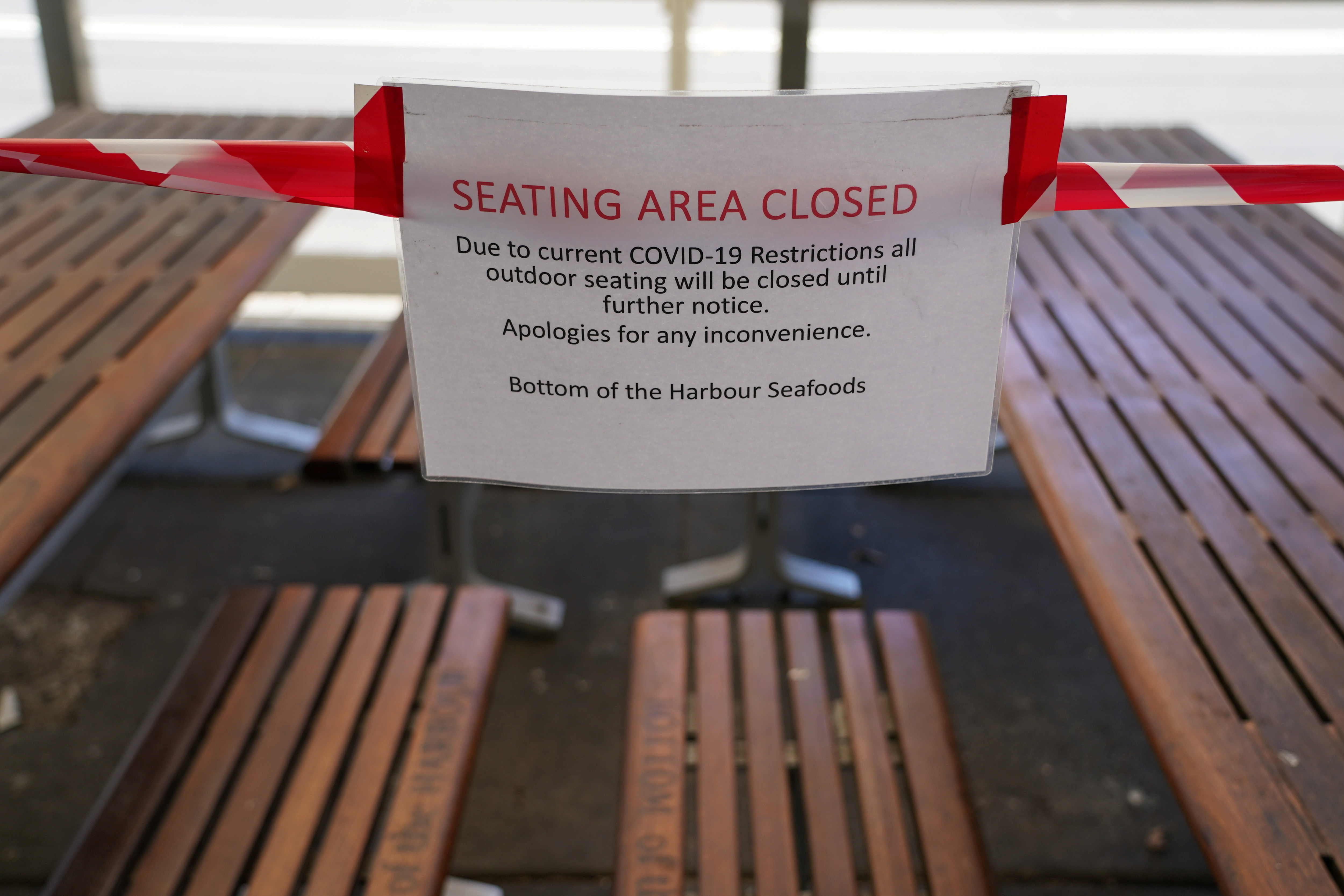 A sign marks the closure of a cafe seating area at Balmoral Beach during a lockdown to curb the spread of a coronavirus disease (COVID-19) outbreak in Sydney, Australia, September 8, 2021.  REUTERS/Loren Elliott - RC2ELP9IHEDF