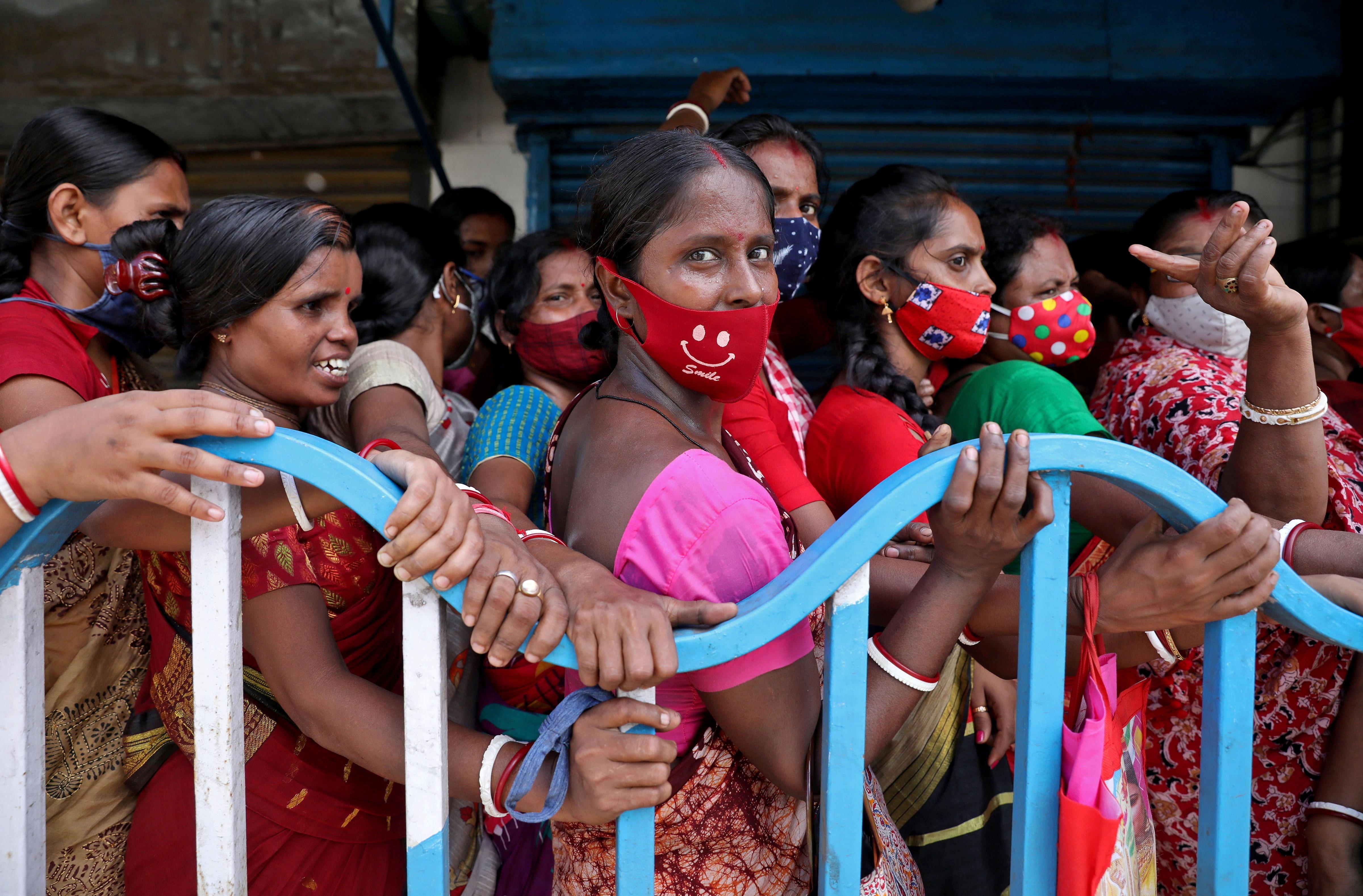 Women wait to receive a dose of COVISHIELD vaccine, a coronavirus disease (COVID-19) vaccine manufactured by Serum Institute of India, outside a vaccination centre in Kolkata, India, August 31, 2021. REUTERS/Rupak De Chowdhuri - RC25GP99DAFC