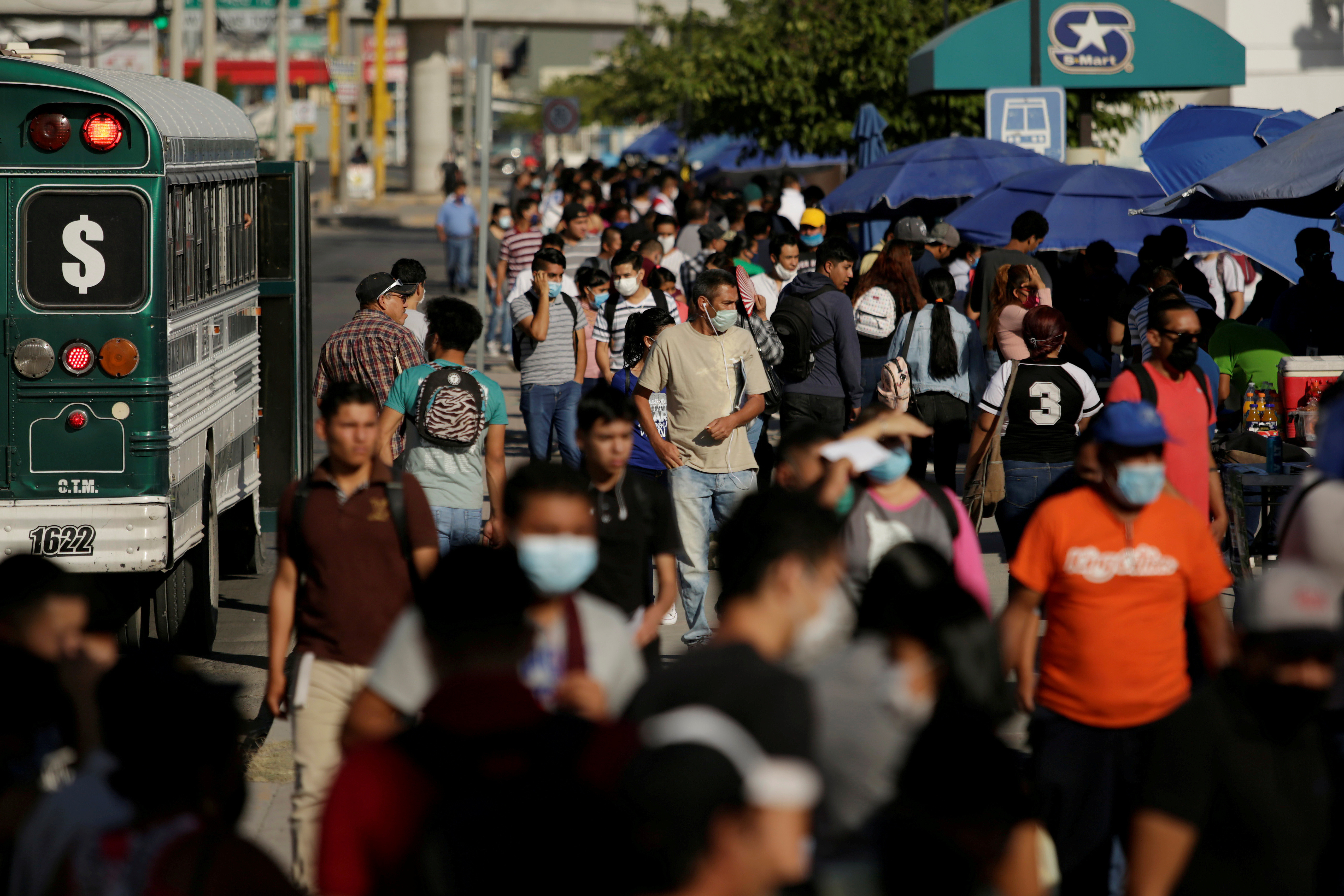 Job seekers congregate to apply for jobs at assembly factories as the coronavirus disease (COVID-19)  outbreak continues in Ciudad Juarez, Mexico June 17, 2020. REUTERS/Jose Luis Gonzalez     TPX IMAGES OF THE DAY - RC28BH9YTCKJ