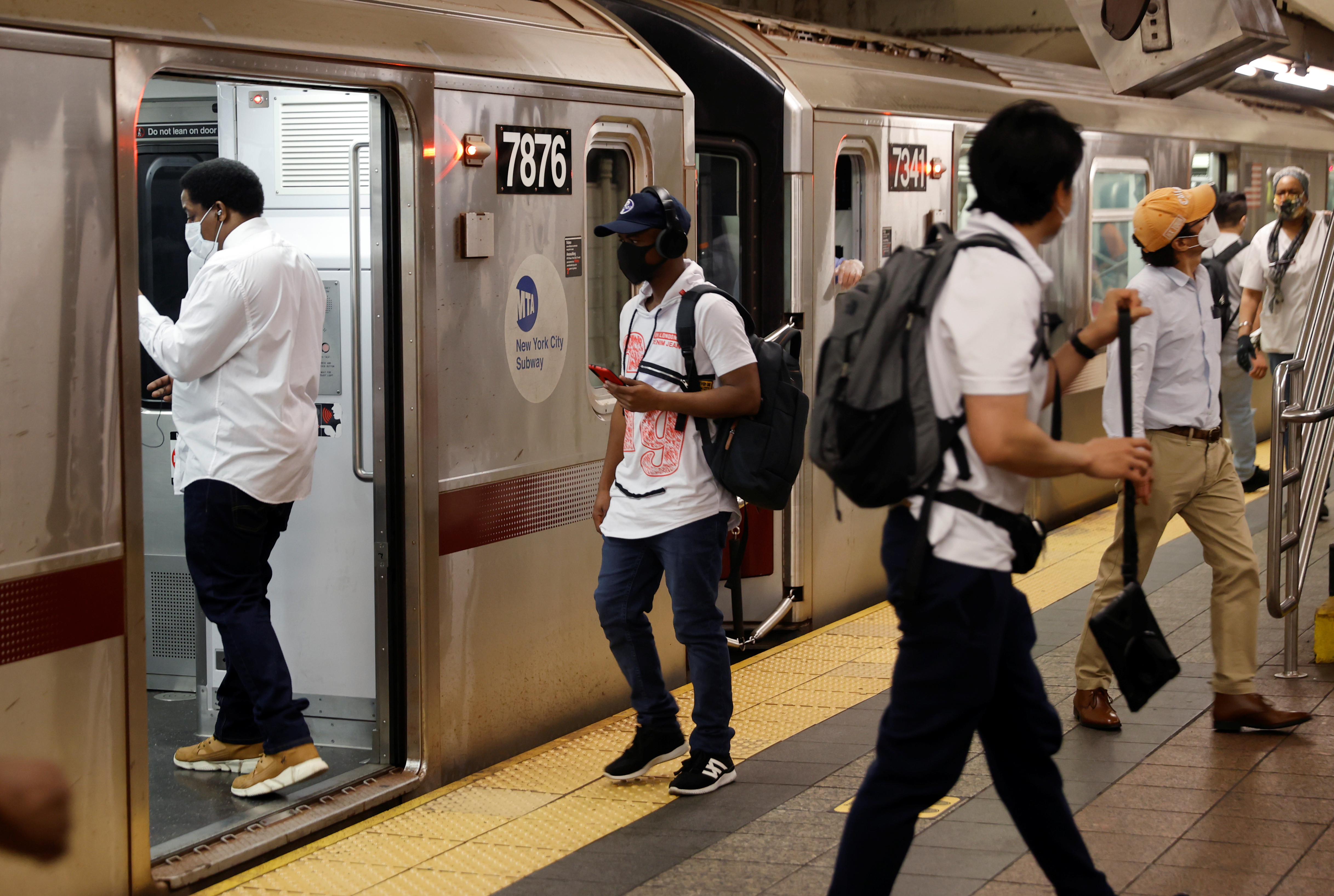 Commuters ride the subway on the first day of New York City's phase one reopening during the outbreak of the coronavirus disease (COVID-19) in New York City, New York, U.S., June 8, 2020. REUTERS/Mike Segar - RC245H9A1VJC