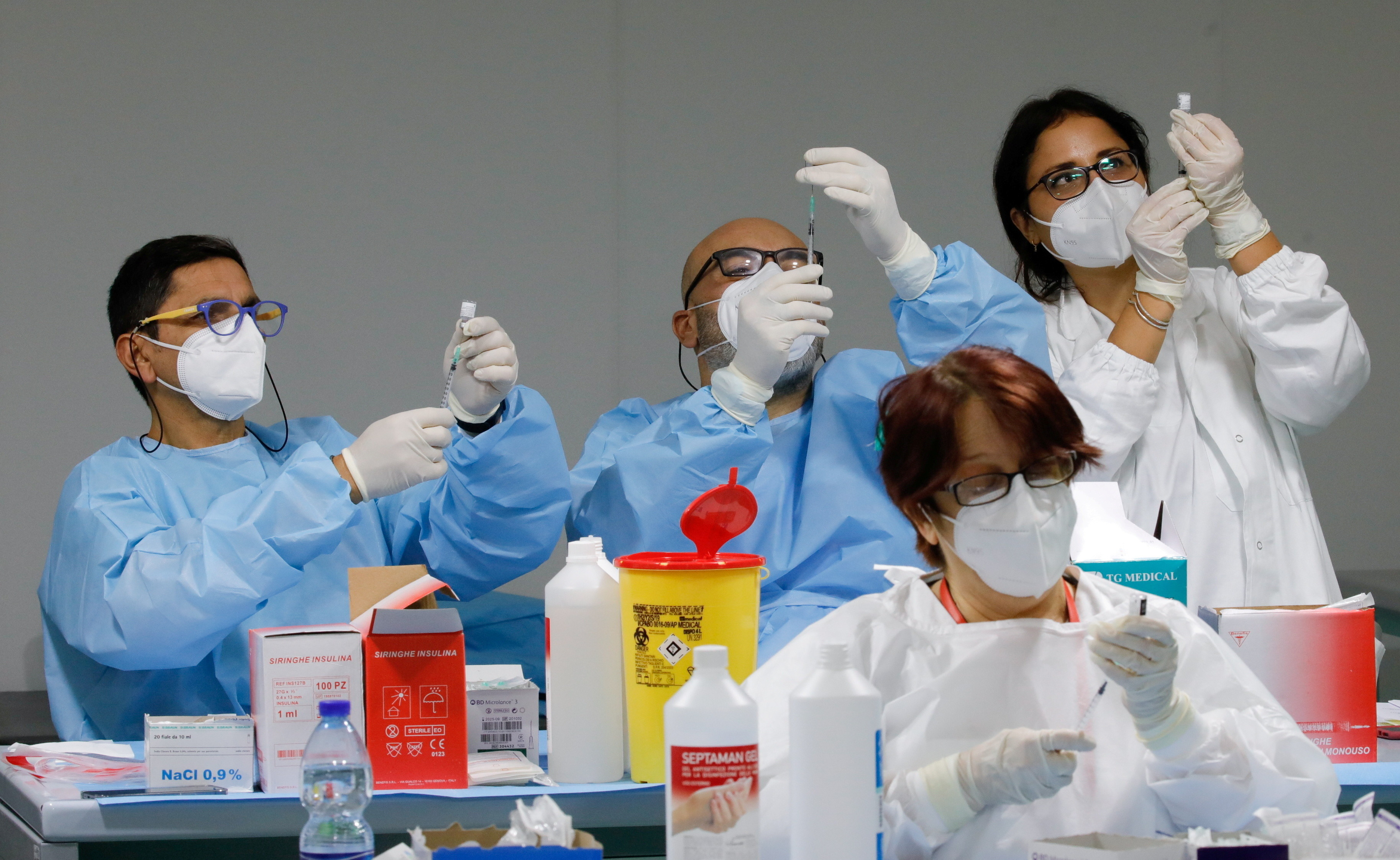 Health workers prepare doses of the Pfizer-BioNTech COVID-19 vaccine at a coronavirus disease (COVID-19) vaccination centre in Naples, Italy, January 8, 2021. REUTERS/Ciro De Luca     TPX IMAGES OF THE DAY - RC2O3L9LM2DL