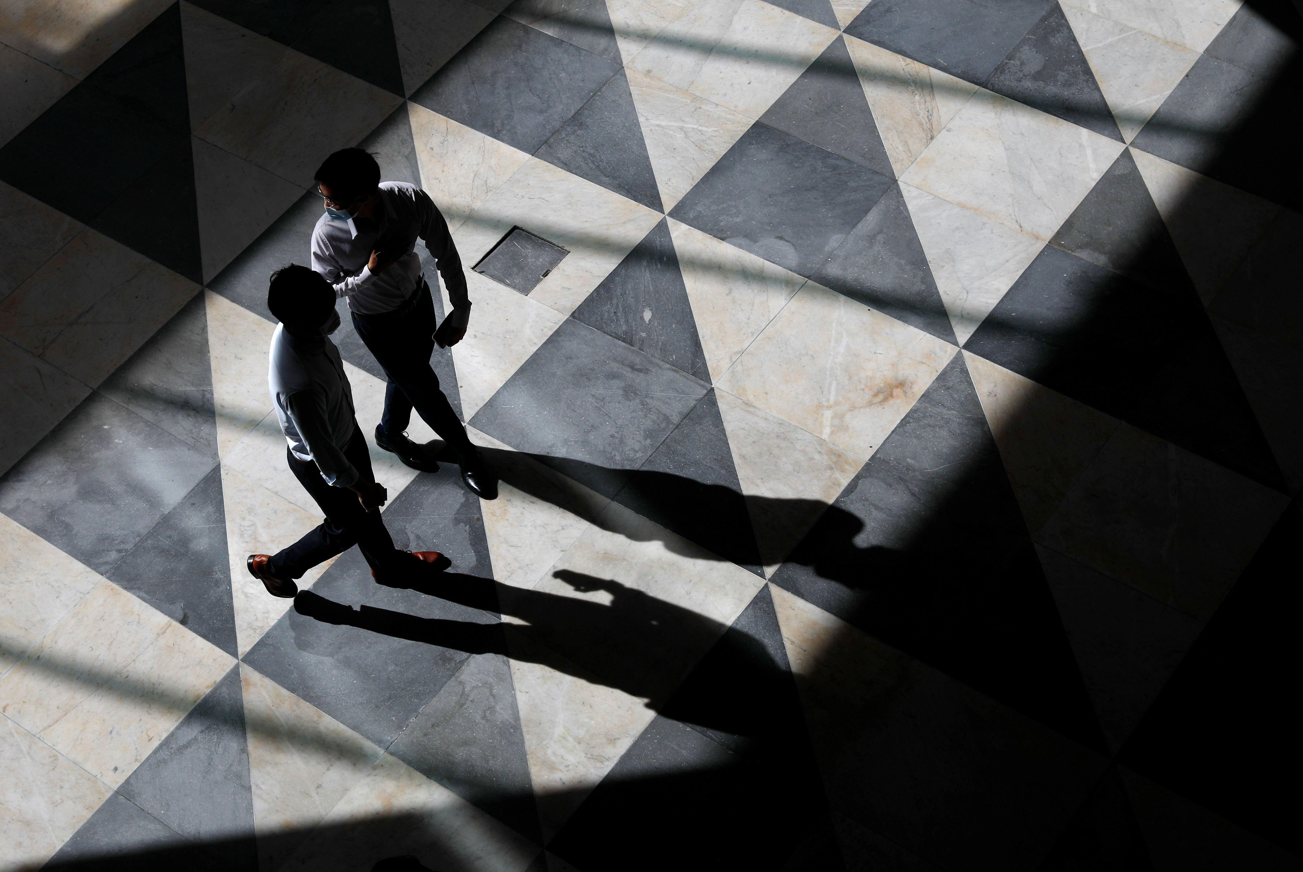 Office workers are seen at a largely empty central business district as Singapore returns to the work-from-home regime due to surging cases in the coronavirus disease (COVID-19) outbreak, in Singapore September 27, 2021. REUTERS/Edgar Su - RC21YP90PJW6