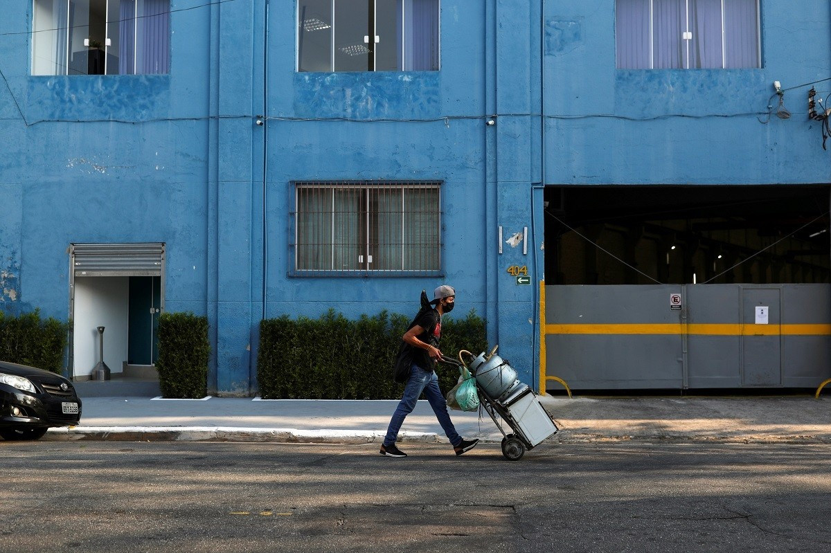 Douglas Felipe Alves Nascimento, 21, who lost his job at a textile firm and tries to make a living selling candy on the streets, pushes a cart with personal items he sold to pay the rent, during the coronavirus disease (COVID-19) pandemic, in Sao Paulo, Brazil August 4, 2020. Picture taken August 4, 2020. REUTERS/Amanda Perobelli - RC2PDJ9A3W3L