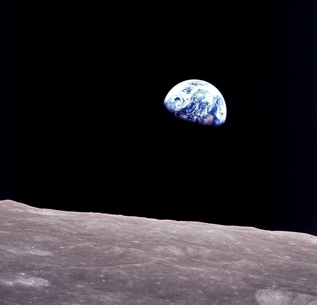 Autre image iconique de la Terre (avec celle acquise par la sonde Voyager), ce lever de Terre a été photographié depuis la capsule Apollo 8 lors de son survol de la Lune en décembre 1968.