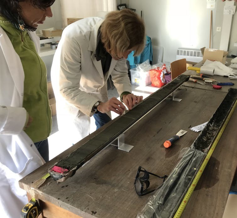 Examen en laboratoire d'une section de sédiment prélevée dans la dépression en août 2017.