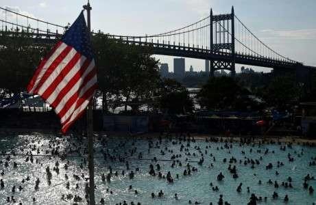 Un drapeau américain surplombe la piscine Astoria, dans le quartier du Queens à New York, le 20 juillet 2019.