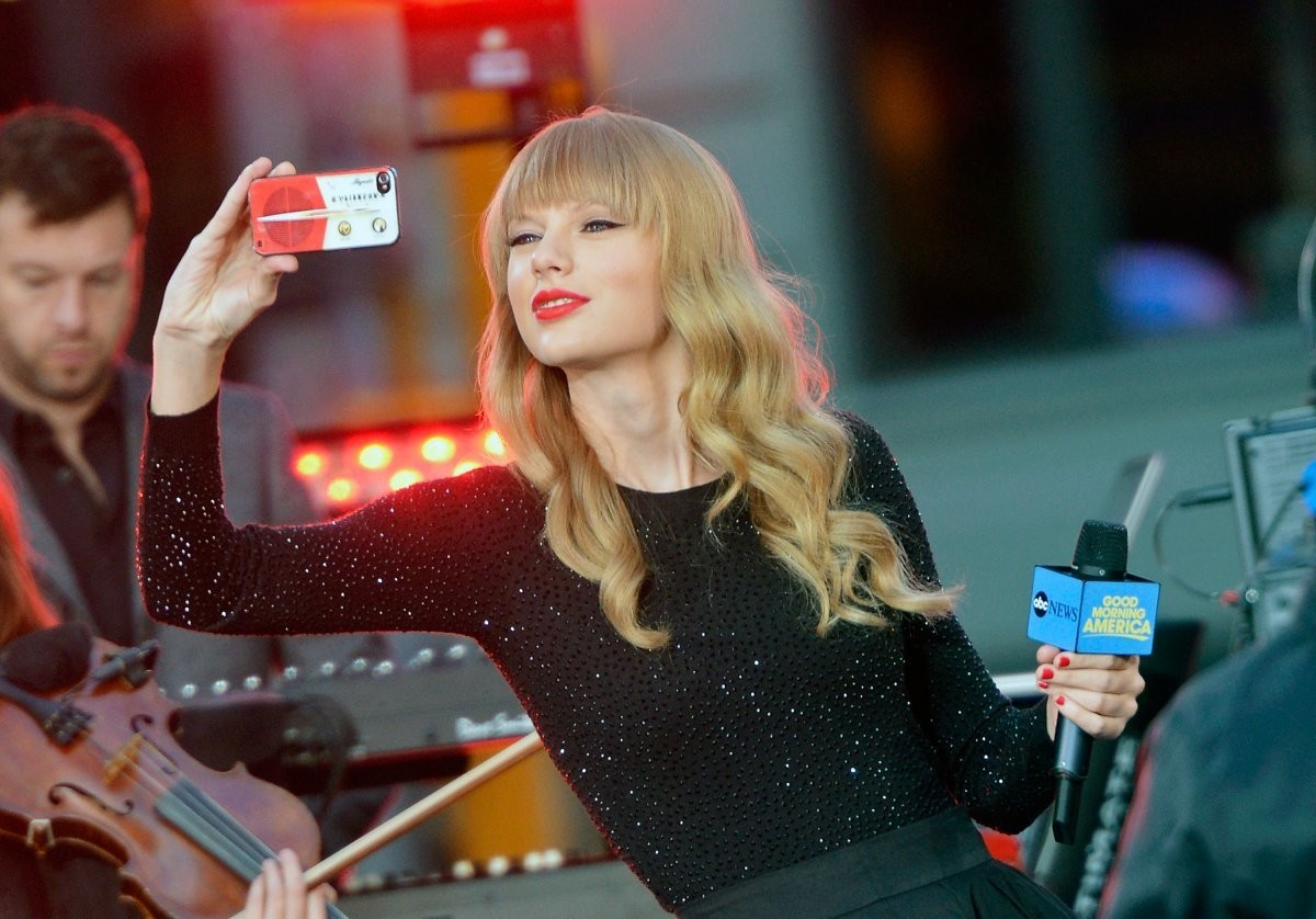 Taylor Swift rocks an iPhone circa 2012.