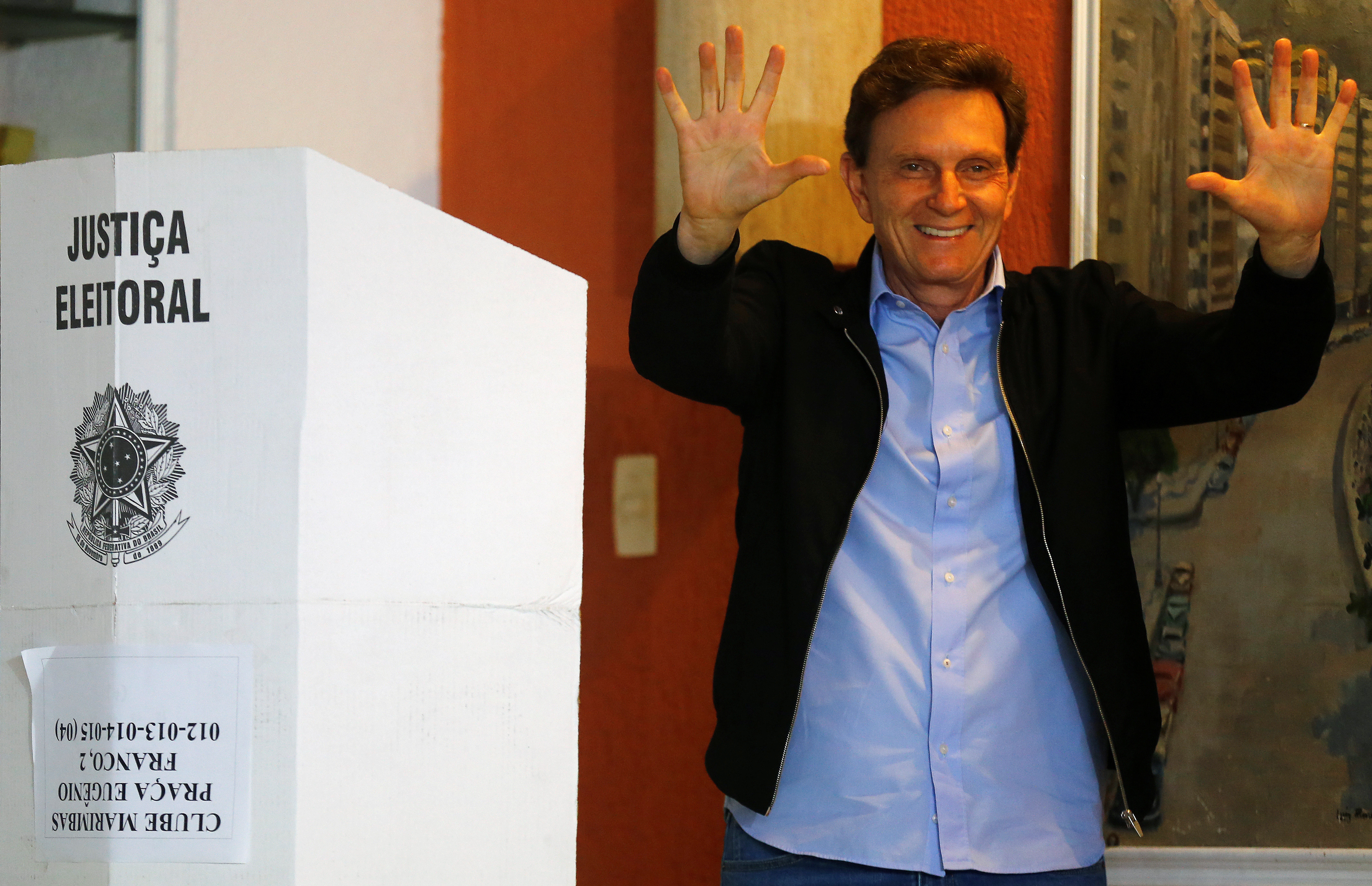 Senator Marcelo Crivella, candidate for Rio de Janeiro mayor, gestures to photographers after voting during the municipal elections at a polling station in Rio de Janeiro, Brazil, October 30, 2016. REUTERS/Ricardo Moraes - RTX2R1ZP