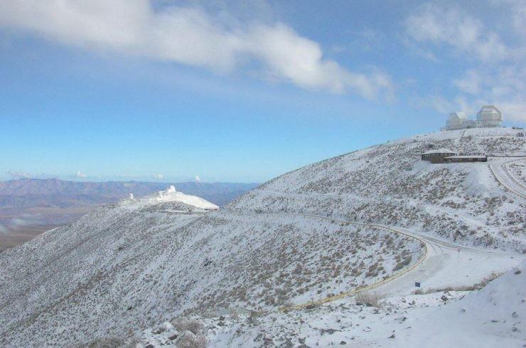 L'Observatoire de Las Campanas et le télescope Magellan II à droite. General Epitaph –