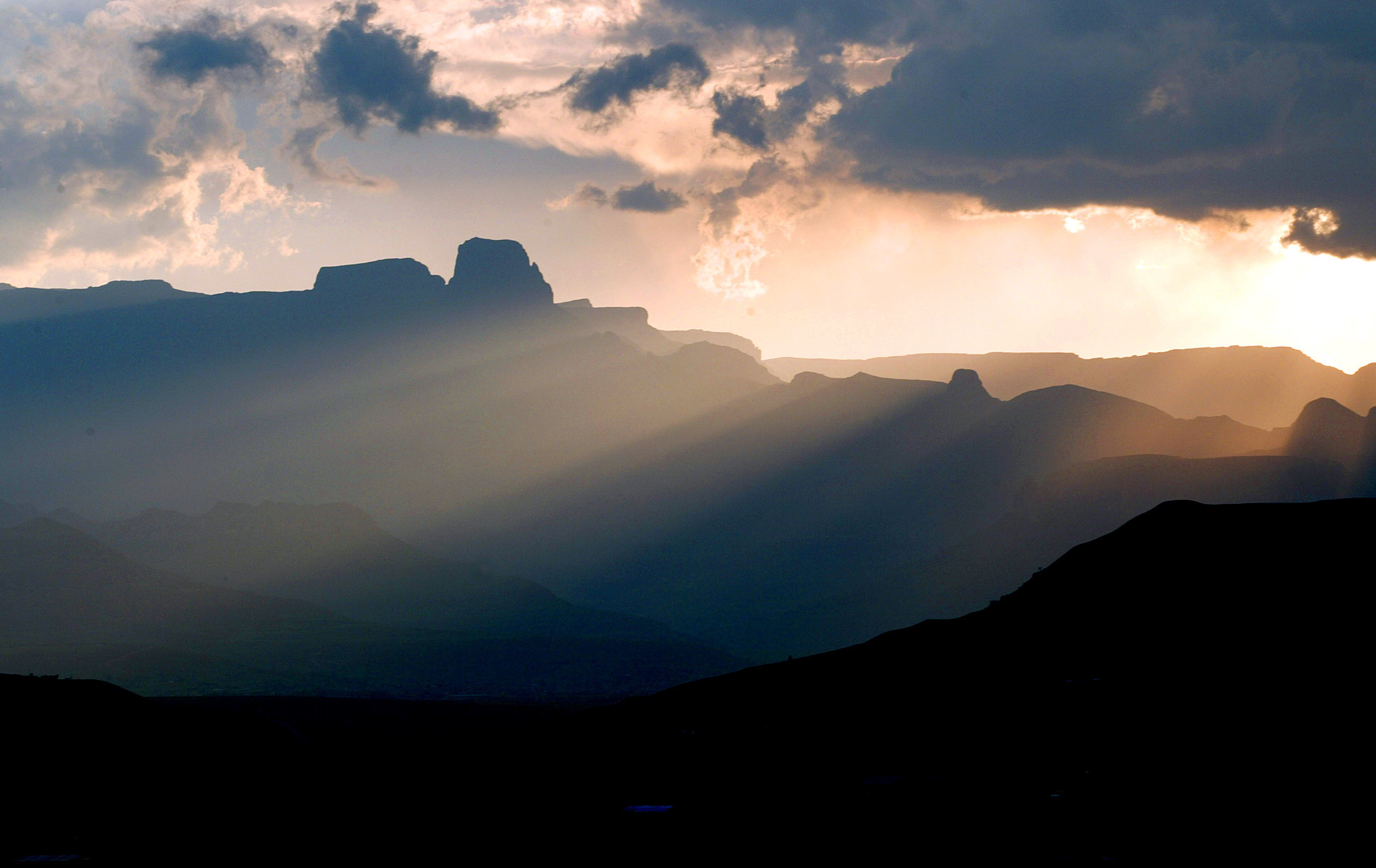 Sun sets over part of South Africa's Drakensberg Mountain range in northern KwaZulu-Natal province, South Africa, January 4, 2004. The area draws large numbers of visitors each year who come to savour the natural beauty of its ragged peaks and flowing rivers. NO RIGHTS CLEARANCES OR PERMISSIONS ARE REQUIRED FOR THIS IMAGE REUTERS/Mike Hutchings REUTERS   MH - RP4DRIFXXJAA