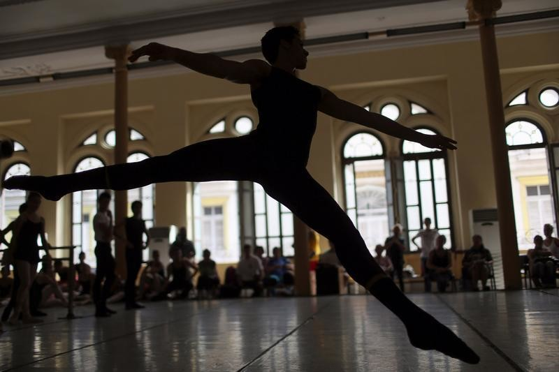 Students at the Cuba's National Ballet School (ENB) take part in a practice in Havana, Cuba, October 12, 2016. Picture taken October 12, 2016. REUTERS/Alexandre Meneghini - D1BEUHRFDEAB