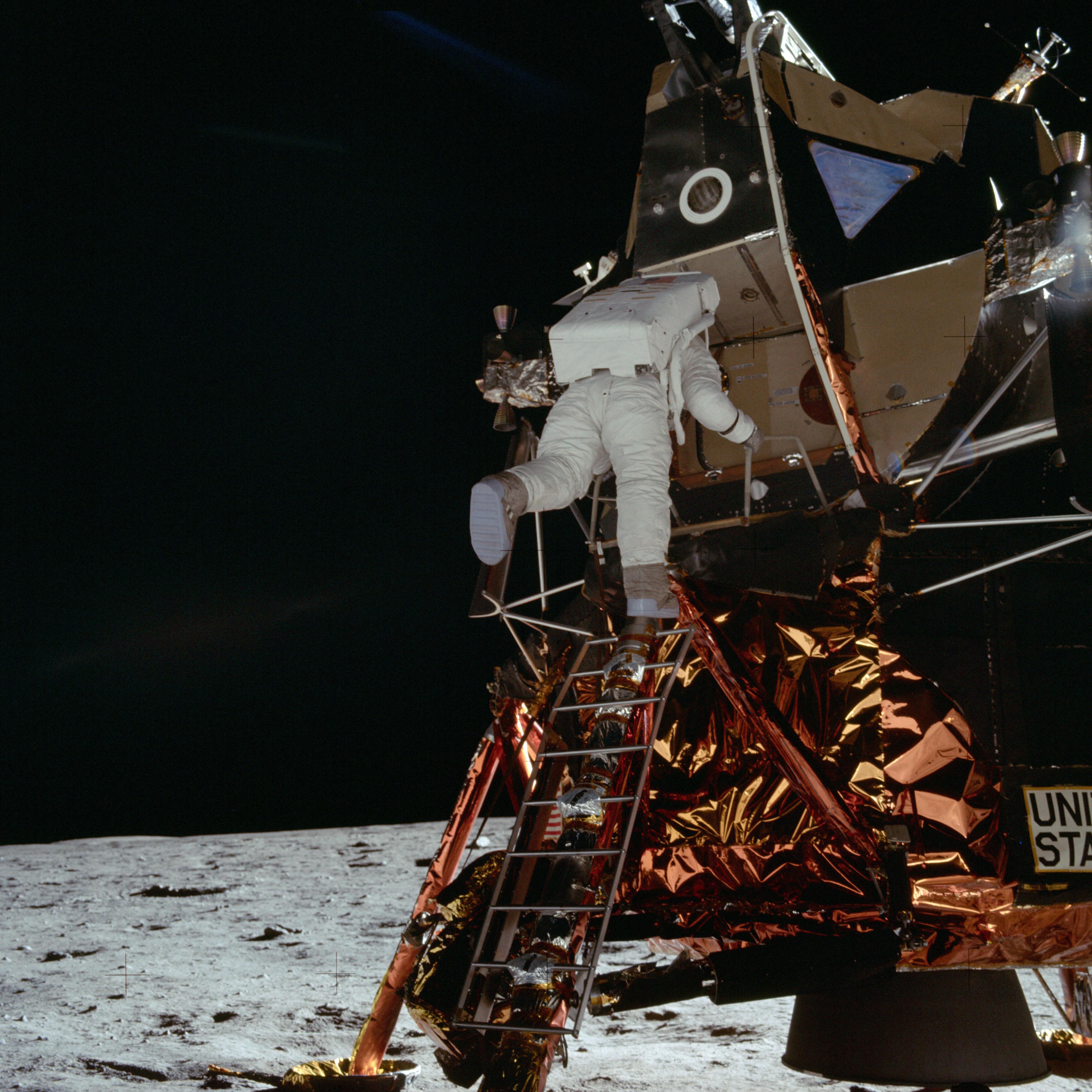 Астронавт Эдвин Элдрин-младший, пилот Лунного модуля (LM) спускается с LM, спускаясь по лестнице.  Лунный горизонт виден в фоновом режиме.  Снимок сделан на Базе Спокойствия во время Миссии Аполлона-11.  Оригинальный кинопленка была названа S. Тип пленки: цветная пленка Ektachrome EF SO168 на 2,7-миллиметровой полиэстерной основе Estar, снятой с 60-мм объективом.  Угол Солнца средний.  Направление наклона - северо-восток (северо-восток).