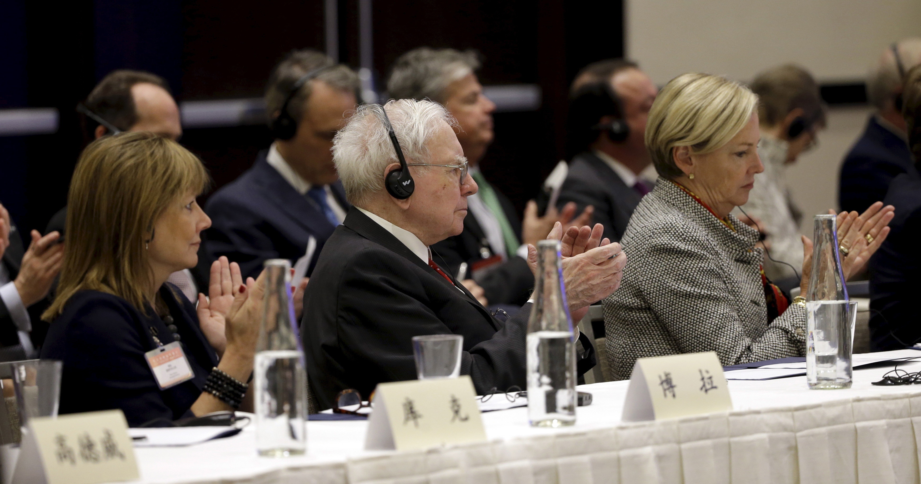 CEO's Mary Barra (L) of General Motors, Warren Buffett (C) of Berkshire Hathaway, and Ellen Kullman, of DuPont, applaud as Chinese President Xi Jinping concludes a talk at a U.S.-China business roundtable, comprised of U.S. and Chinese CEOs, in Seattle, Washington Sept. 23, 2015. The Paulson Institute, in partnership with the China Council for the Promotion of International Trade, co-hosted the event. REUTERS/Elaine Thompson/Pool - RTX1S3OC