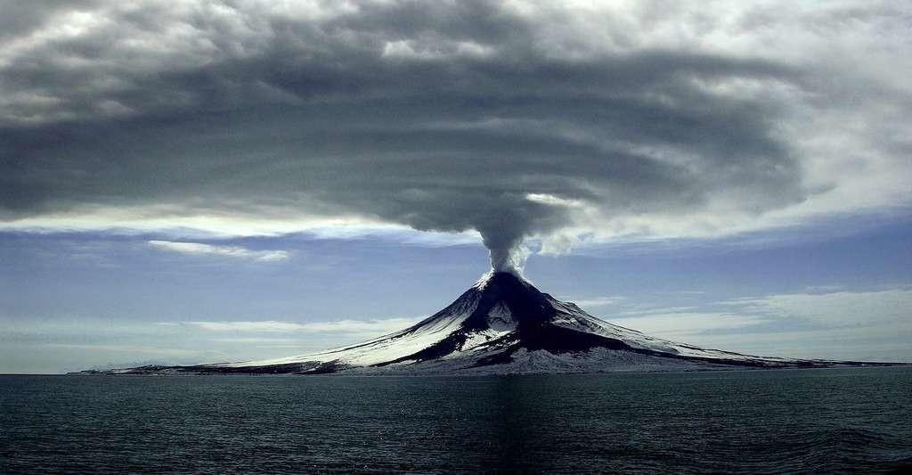 Alors que les géologues de l'université de Californie, à Santa Barbara présentent leurs résultats, une autre étude affirme au contraire que le climat mondial est placé sous l'influence de l'activité volcanique.