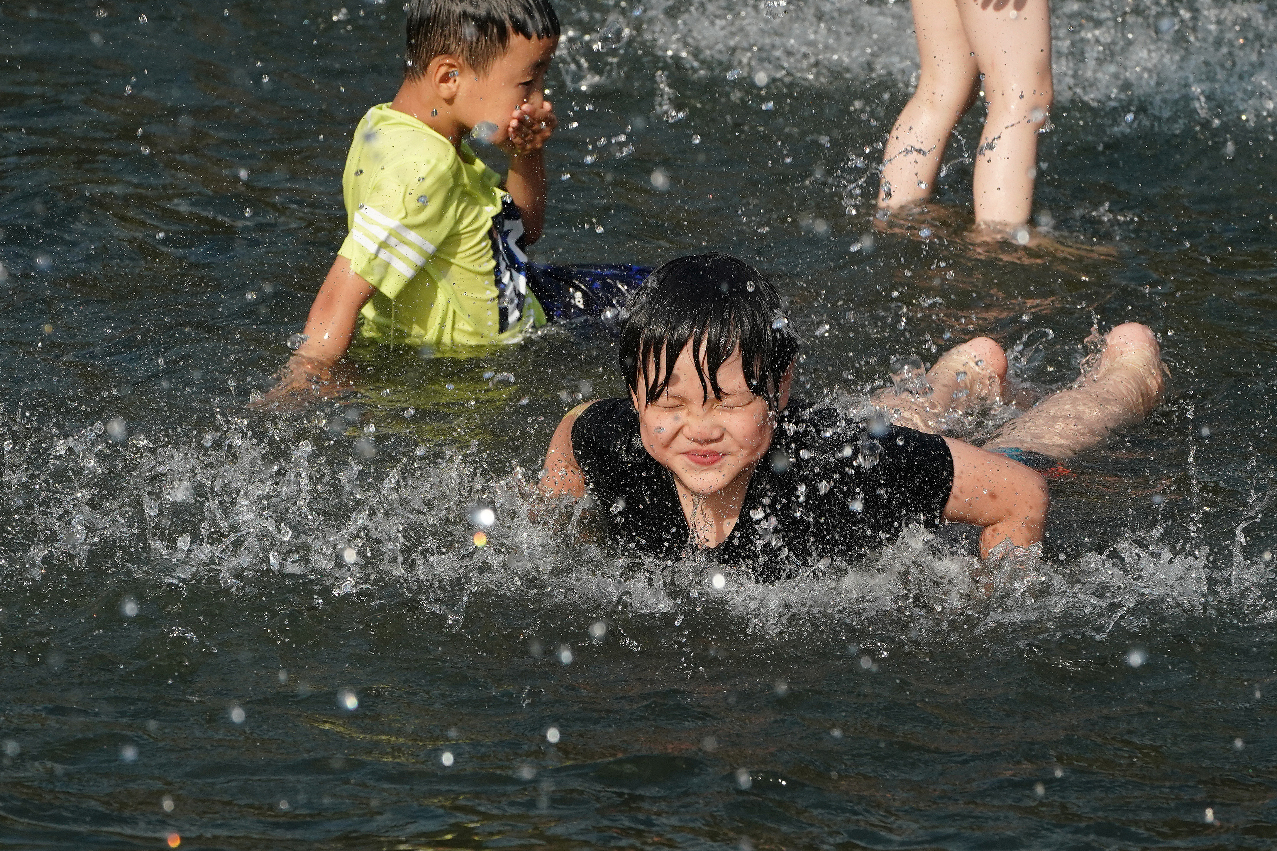 Children play in the fountain at Washington Square Park during hot weather in the Manhattan borough of New York, New York, U.S., July 19, 2019. REUTERS/Carlo Allegri - RC15622C01F0