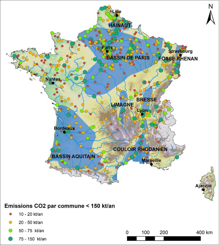 Localisation des sites industriels français faiblement émetteurs de CO₂ et des zones les plus propices à l'exploitation géothermique profonde (en bleu)