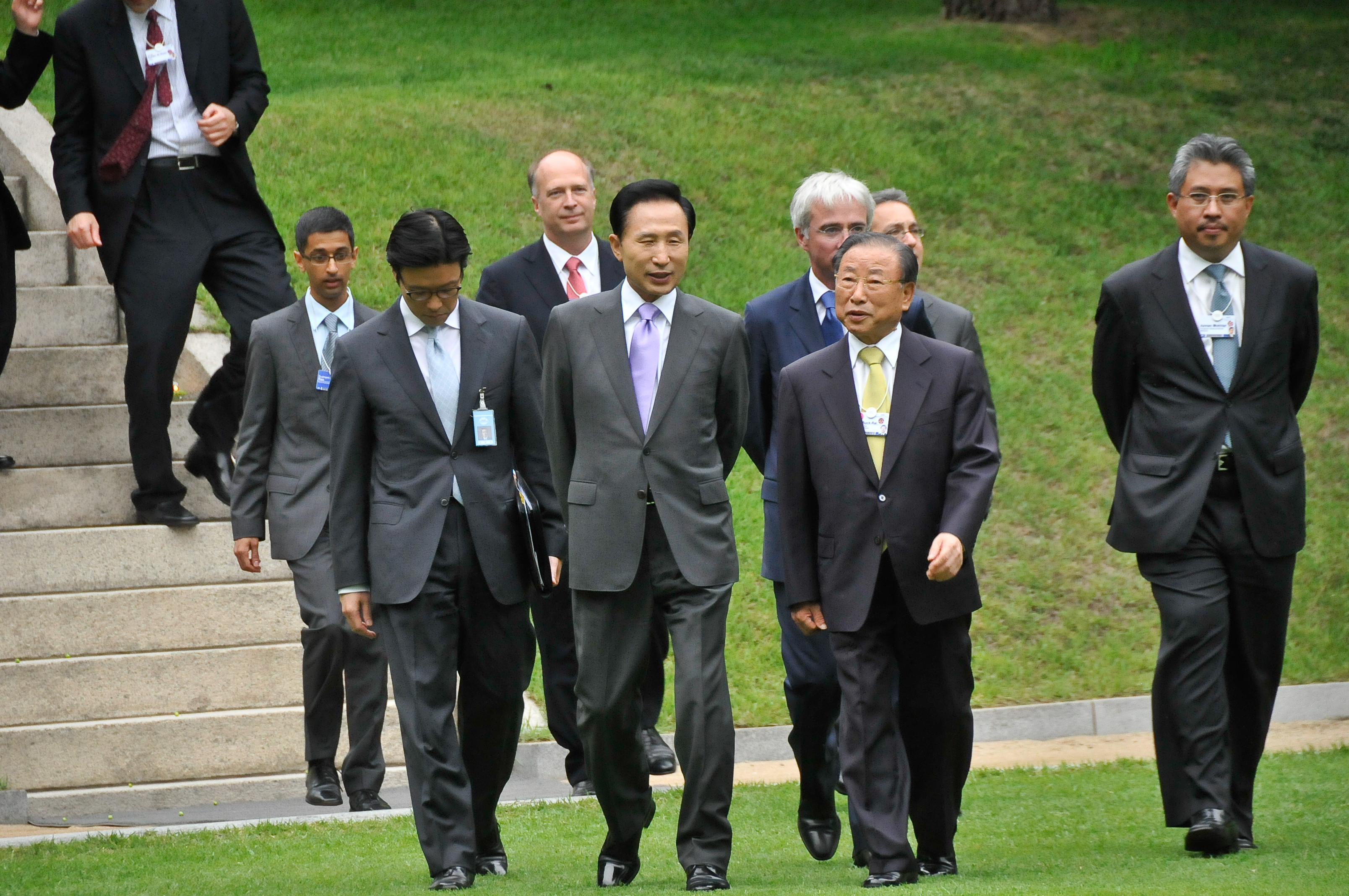Lee Myung-Bak, President of the Republic of Korea and Cho Suck-Rai, Chairman, Federation of Korean Industries walk together to the Farewell Reception at the Blue House