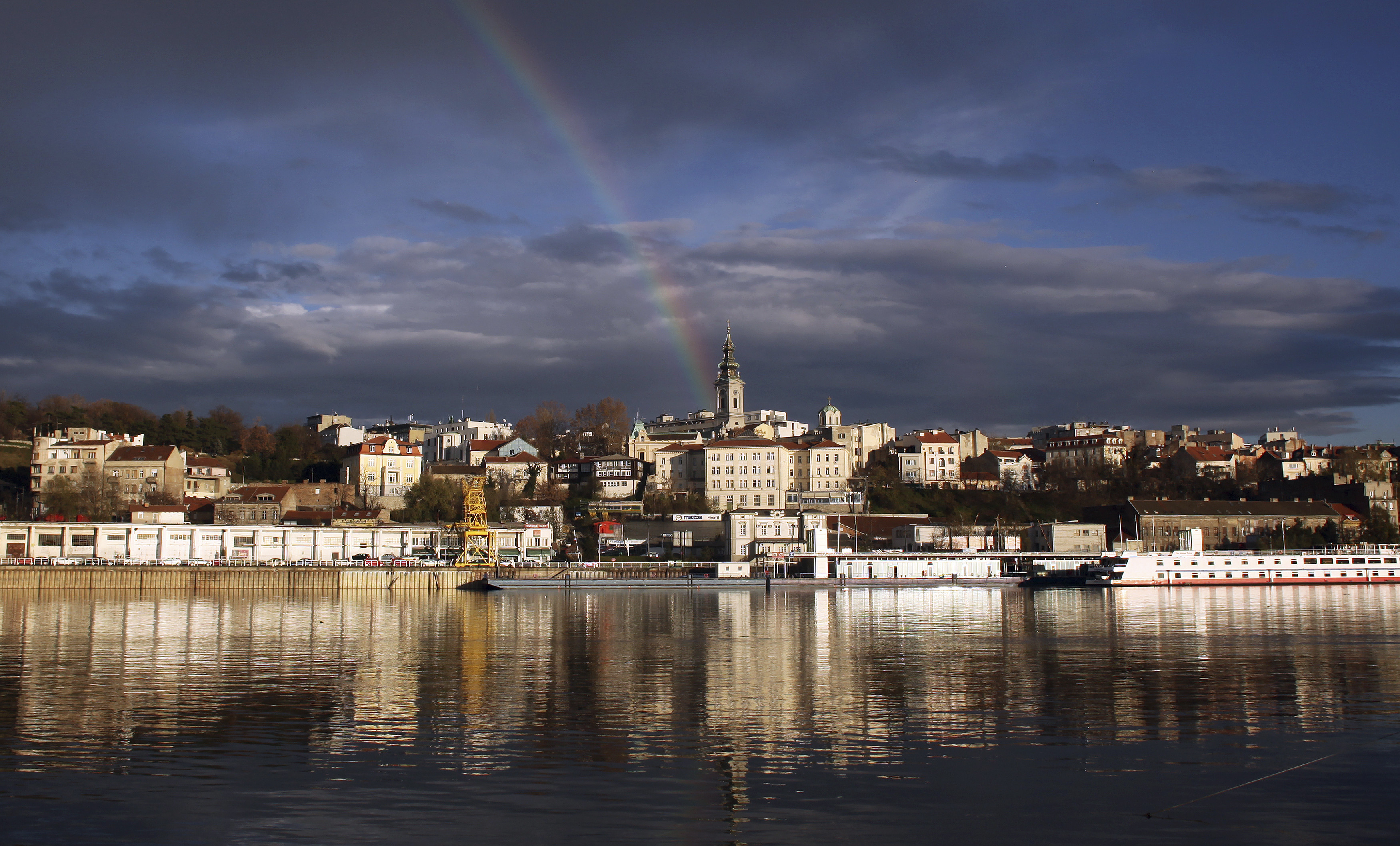 A rainbow is seen over downtown Belgrade, November 18, 2010. REUTERS/Marko Djurica (SERBIA - Tags: CITYSCAPE ENVIRONMENT) - RTXUSEF