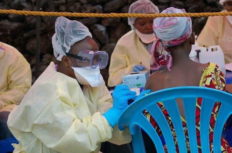Une jeune fille se fait vacciner contre Ebola par une infirmière à Goma, en République démocratique du Congo, le 7 août 2019.