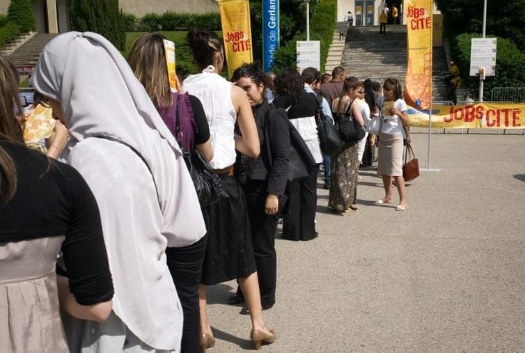 En France, pour lutter contre les discriminations, des programmes permettent à des demandeurs d'emploi issus de milieux défavorisés de rencontrer des recruteurs, ici à Lyon en 2009 dans le cadre du quatrième salon « Jobs et Cité ».