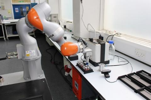 El científico robot trabaja 21,5 horas al día, los siete días de la semana.