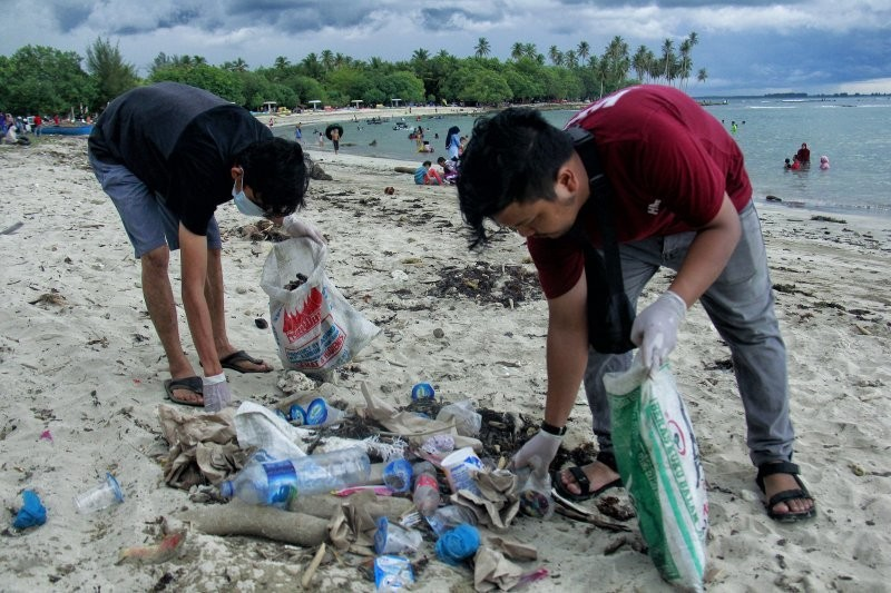 Students cleanup rubbish during the Anniversary.Students of the Environmental Care Movement (GPL) cleanup rubbish on the Coastal Tourism Area of Lhok Bubon, Samatiga, Aceh Barat in commemoration of the 74th Anniversary of the Indonesian Independence Day with a topic
