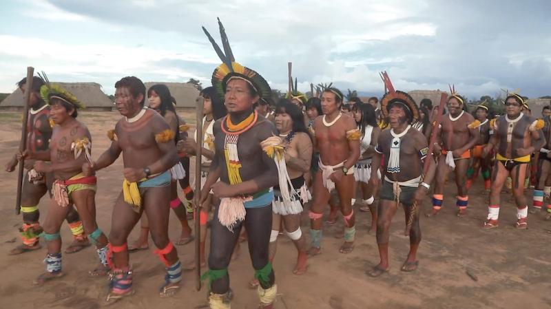 Tribo Kīsêdjê realizando cerimônia musical conhecida como Dança Kīsêdjê no Parque Indígena do Xingu.