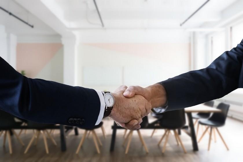Une poignée de main entre un recruteur et un candidat.