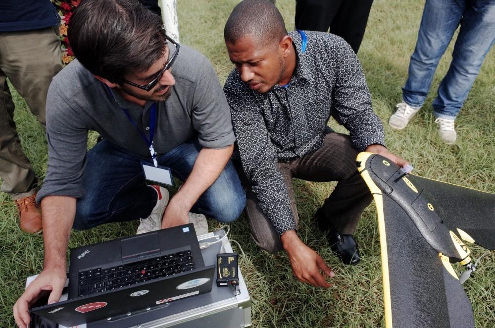 Le pilotage d'un drone est un travail d'équipe, qui consiste à observer patiemment et attentivement à la fois un écran et le ciel